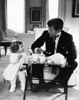 John F. Kennedy e Caroline fanno un tea party