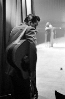 Johnny Cash si prepara a salire sul palco in uno show a White Plains, NY, 1959