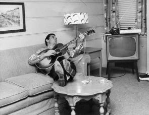 Johnny Cash con la sua chitarra, Nashville, Tennessee, 1960