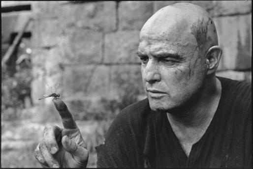 Marlon Brando e una libellula sul set di Apocalypse Now, 1976. Fotografia di Mary Ellen Mark