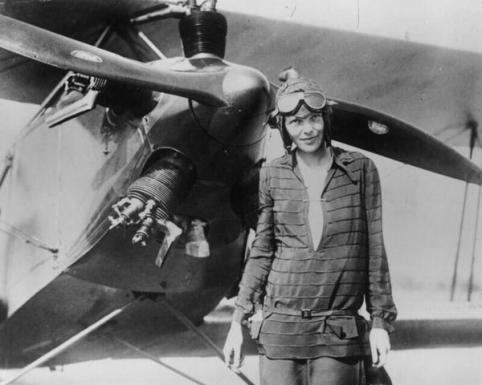 Maggio 20-21, 1932 - Amelia Earhart diventa la prima donna a volare in solitario sull'Atlantico. (Amelia Earhart nel 1928)
