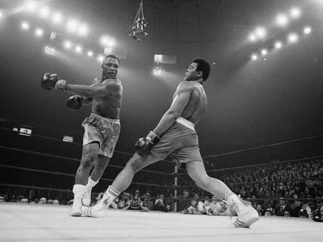 """Muhammad Ali schiva un pugno di Joe Frazier al """"Fight of the Century"""" 8 mar 1971"""