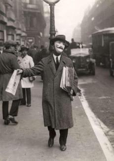 Venditore di giornali, Parigi, 1929