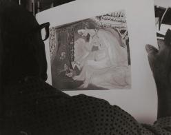 Picasso studia uno dei suoi lavori