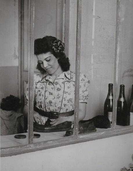 La cameriera di Picasso, Inès, con bottiglie di vino e scarpe
