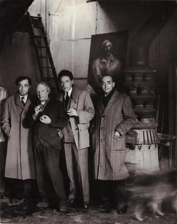 Pierre Reverdy, Picasso, Jean Cocteau e Brassaï nello studio di Picasso a rue des Grands Augustins, Parigi, 27 aprile 1944