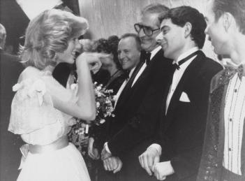 La Principessa Diana incontra per la prima volta Rowan Atkinson, 1984. Fotografia di Ronald G. Bell