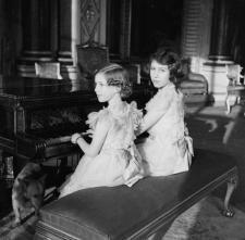 La principessa Elisabetta e la principessa Margaret suonano il pianoforte, 1938. Fotografia di Gilbert Adams