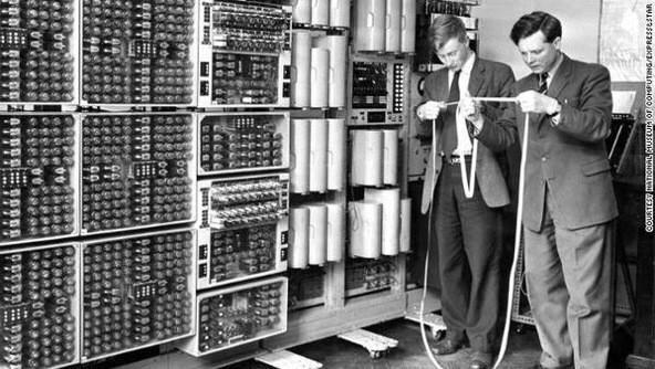 lettura di uno dei primi messaggi elettronici negli anni 1950