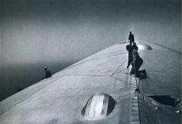 Riparazione dell'involucro esterno della Graf Zeppelin durante il volo sopra l'Atlantico, 1934