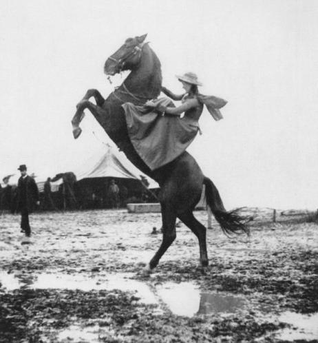Annie Oakley durante il tour con Wild West Show di Buffalo Bill in Italia, 1890