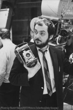 Stanley Kubrick con una macchina fotografica polaroid durante le riprese di 2001- Odissea nello spazio, 1966