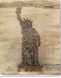 """Una """"Statua della Libertà umana"""", foto stata scattata nello stato di Iowa. Per la realizzazione sono stati utilizzati 18.000 uomini"""
