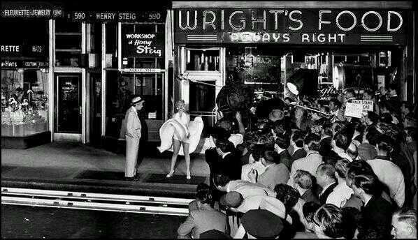 """La famosa scena in cui il vestito di Marilyn Monroe vola su una grata della metropolitana in """"The Seven Year Itch"""", 1954"""