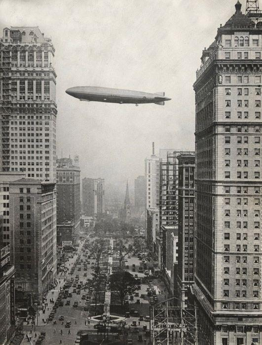 Il dirigibile gigante Los Angeles galleggia sopra Detroit, 1926. Foto da The New York Times Photo Archives