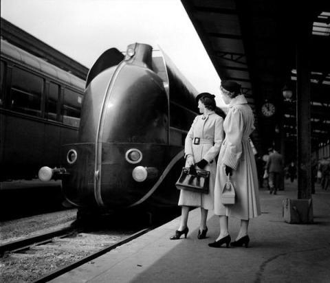 La locomotiva aerodinamica a Gare de Lyon. Parigi, 1937 (Foto di Boris Lipnitzki)