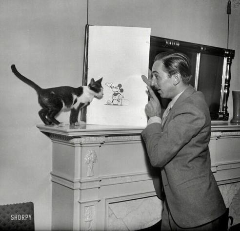 Walt Disney che spiega Topolino a un gatto, 1931