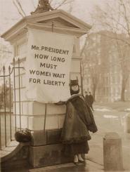 Donna affigge un manifesto alla Casa Bianca, 1917. Dagli atti del Partito Nazionale della Donna