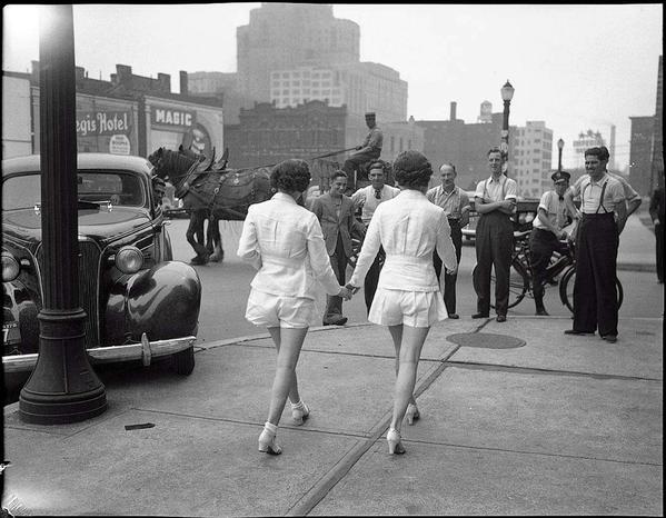 Donne in pantaloncini causano un incidente d'auto. 1937