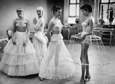 Sostegno per il vestito delle donne. Circa 1950