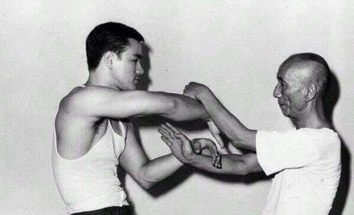 Yip Man, maestro di Wing Chun, insegna i trucchi del mestiere al suo allievo Bruce Lee, 1955