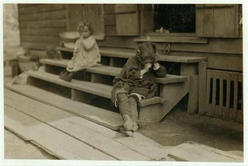 Una bambina di 5 anni è stanca dopo una giornata di lavoro che è iniziata alle 05:00 nella Biloxi Canning Factory. c. 1911