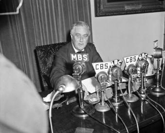 Il presidente Roosevelt serio mentre trasmette alla nazione la notizia della guerra in Europa, 1939