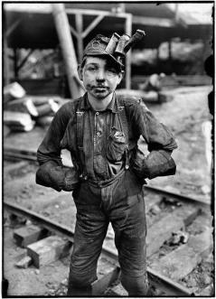 Un giovane operaio di miniera in West Virginia, 1908. Foto di Lewis Wickes Hine