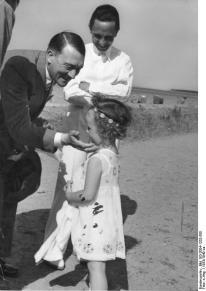 Adolf Hitler, Joseph Goebbels e una delle figlie Goebbels