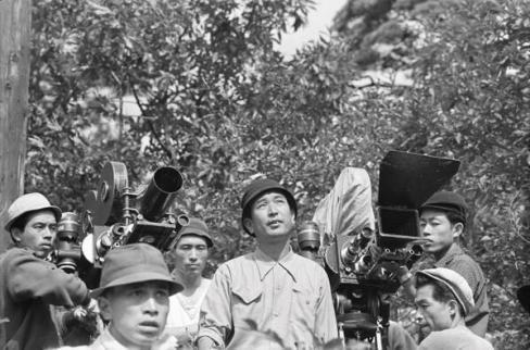 """Akira Kurosawa sul set di uno dei più grandi e influenti film mai realizzati, """"I sette samurai"""", 1954"""