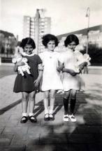 Anna Frank (a destra) con le amiche Eva Goldberg e Sanne Ledermann a Merwedeplein, luglio 1936