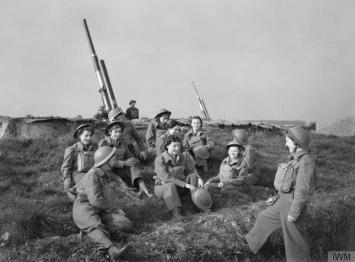 Auxiliary Territorial Service (ATS) donne in un sito antiaereo a Wormwood Scrubs (Londra, 1941)
