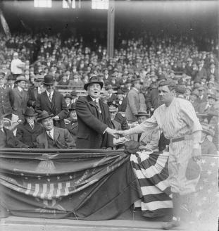 Babe Ruth stringe la mano al presidente Warren G. Harding durante una partita degli Yankees, 1923