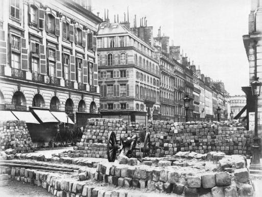 Barricata nella Rue de la Paix Paris Commune 1871. Foto di Bruno Braquehais