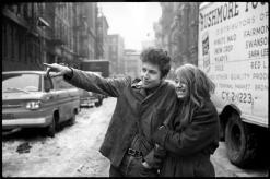 """Bob Dylan e Suze Rotolo durante le riprese per la copertina di """"The Freewheelin"""" di Bob Dylan"""