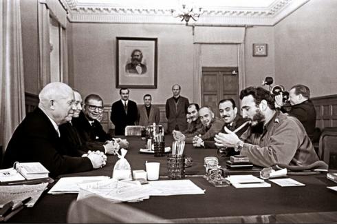 Castro si accende un sigaro mentre Krusciov è divertito vedendogli al polso due orologi Rolex, al Cremlino, 1963