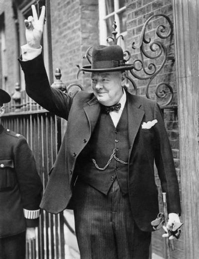 Winston Churchill fa le dita a V in segno di vittoria, 1943