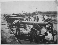 Soldati confederati posano coi loro cannoni Columbiad a Fort Barrancas, Florida, 1861