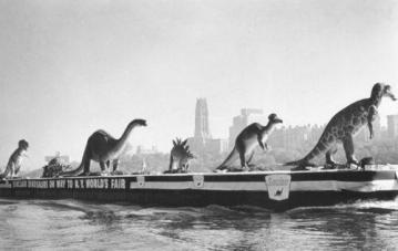 New York: dinosauri trasportati sul fiume Hudson per l'Esposizione universale del 1964