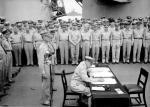 Douglas MacArthur firma la resa giapponese ufficiale a bordo della USS Missouri, 1945