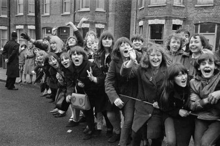 Adolescenti in visibilio urlano a concerti pop negli anni 1960 e 1970
