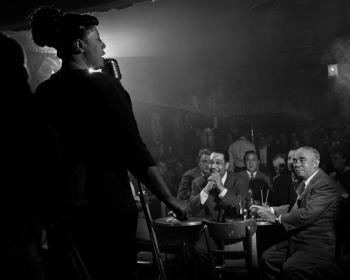Ella Fitzgerald, Duke Ellington, Benny Goodman e Richard Rogers al Downbeat, New York, 1948. Foto di Herman Leonard