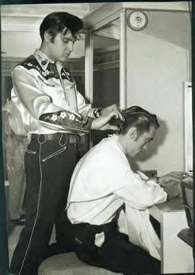 Elvis aiuta Johnny Cash a sistemarsi i capelli