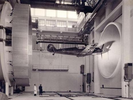 Ingegneri tedeschi che testano l'aereo da caccia Messerschmitt Bf109 E3