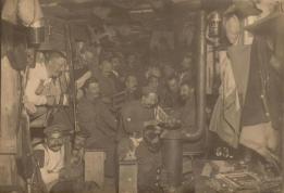 Soldati tedeschi che passano il tempo in un bunker sotterraneo in Francia, 1916