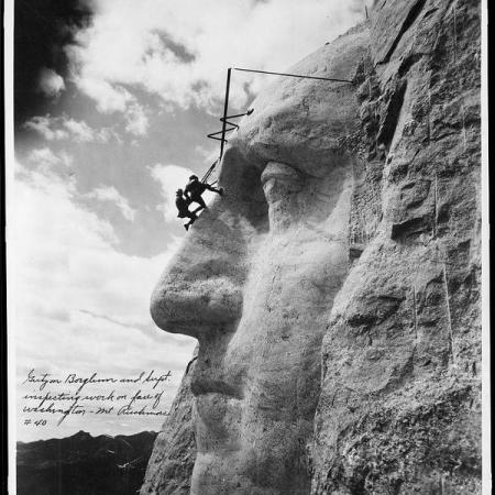 Lo scultore Gutzon Borglum ispeziona il suo lavoro sul volto di Washington, Monte Rushmore, S.D. 1932
