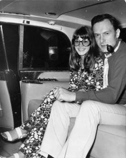 Hugh Hefner con la fidanzata, Barbi Benton alla fine degli anni '60