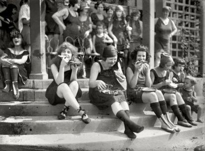 Nel 1921, le prime suffragette spesso indossavano un costume da bagno e mangiavano la pizza in grandi gruppi per infastidire gli uomini