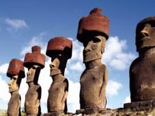 Isola di Pasqua - Moai con il caratteristico copricapo (pukao)