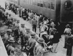 Americani di origine giapponese a Pasadena in attesa di essere trasferiti in un campo di internamento